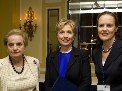 Trois générations de va-t-en-guerre au CNAS : Madeleine Albright, Hillary Clinton et Michèle Flournoy.