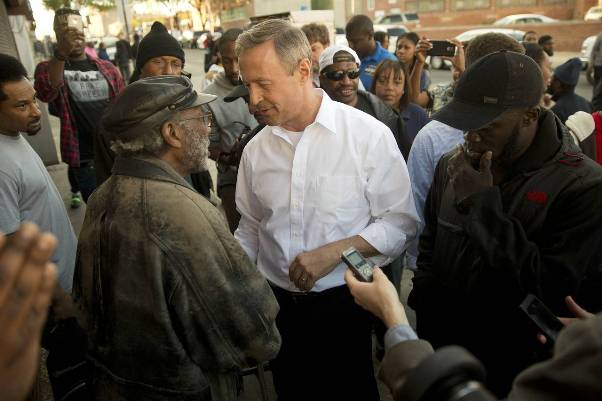 L'ancien gouverneur de l'Etat de Maryland Martin O'Malley en discussion avec les habitants de Baltimore le 28 avril.