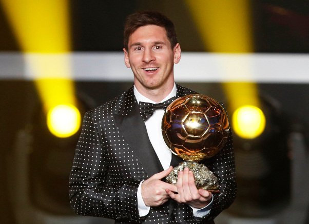 Le footballeur barcelonais Lionel Messi et son ballon « d'or ».