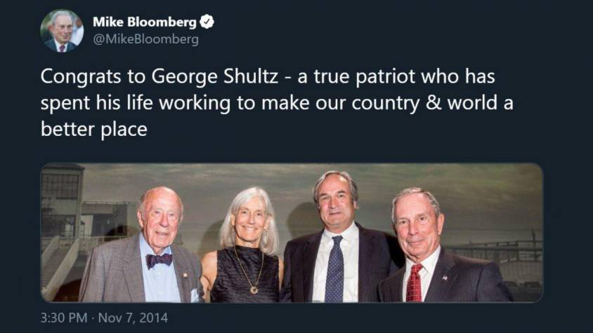 Le milliardaire vert Mike Bloomberg, mécène inconditionnel de Joe Biden et grand ami d'Anne Hidalgo, maire de Paris, félicitant son ami George Schultz.